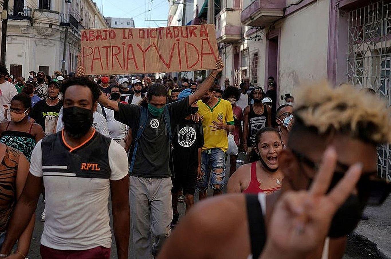 Las movilizaciones en Cuba dieron cuenta del hartazgo. Después de sesenta años de dictadura, partido único y postración económica, las esperanzas, las ilusiones, los sueños revolucionarios son cenizas al viento. Crédito: Twitter