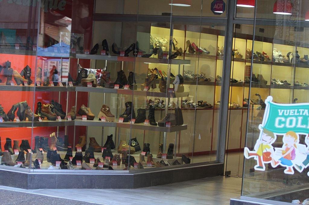 Hay dos capítulos que superan sensiblemente la media del nivel general: prendas de vestir y calzado (65%) y Transporte (62%). Crédito: Archivo El Litoral / Guillermo Di Salvatore