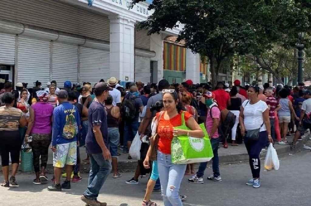 Filas en La Habana para comprar alimentos. El momento de extrema escasez y malestar social detonó una inédita ola de protestas en todo el país.    Crédito: Gentileza