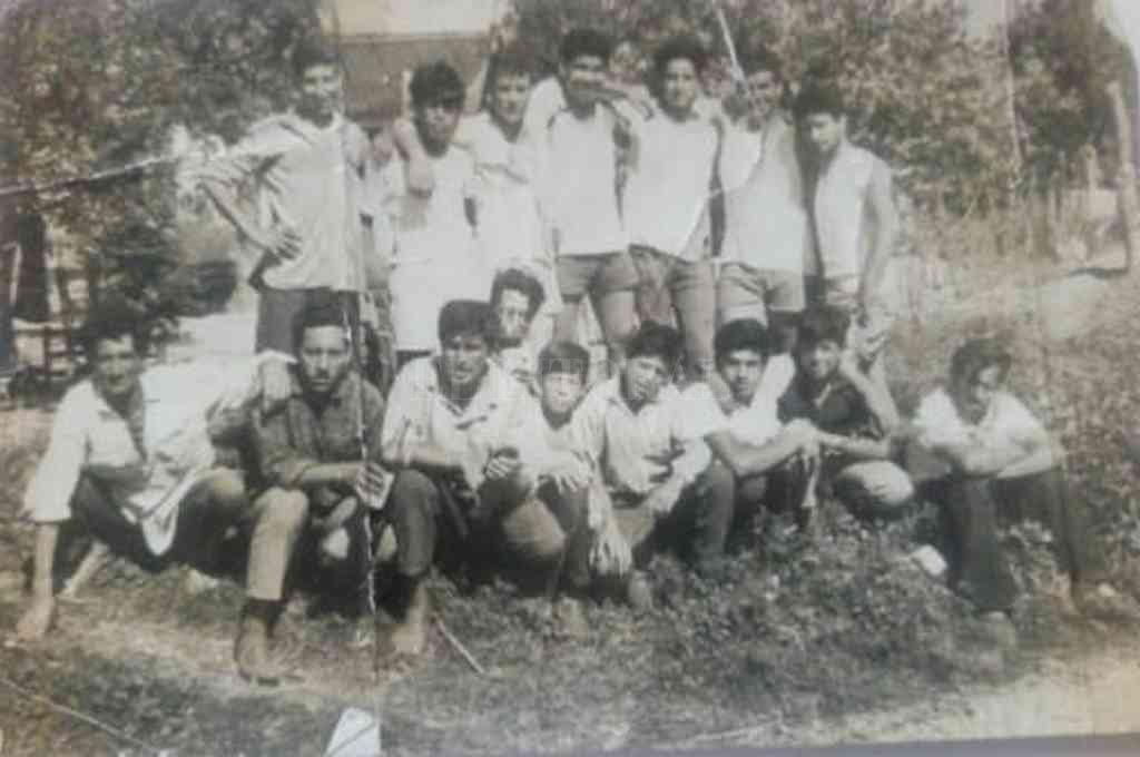 En la década del ´50. Un grupo de amigos de barrio Norte de Cayastá. Crédito: Gentileza