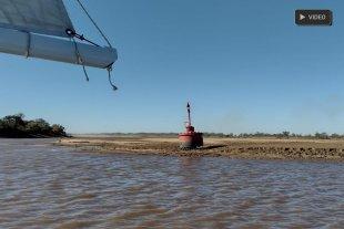 Insólito: una baliza quedó seca, sobre un banco de arena