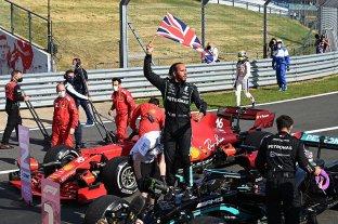 Hamilton volvió al triunfo tras sacar de carrera al líder Verstappen
