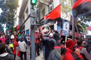 Video: banderazo sabalero en la puerta del hotel en Buenos Aires