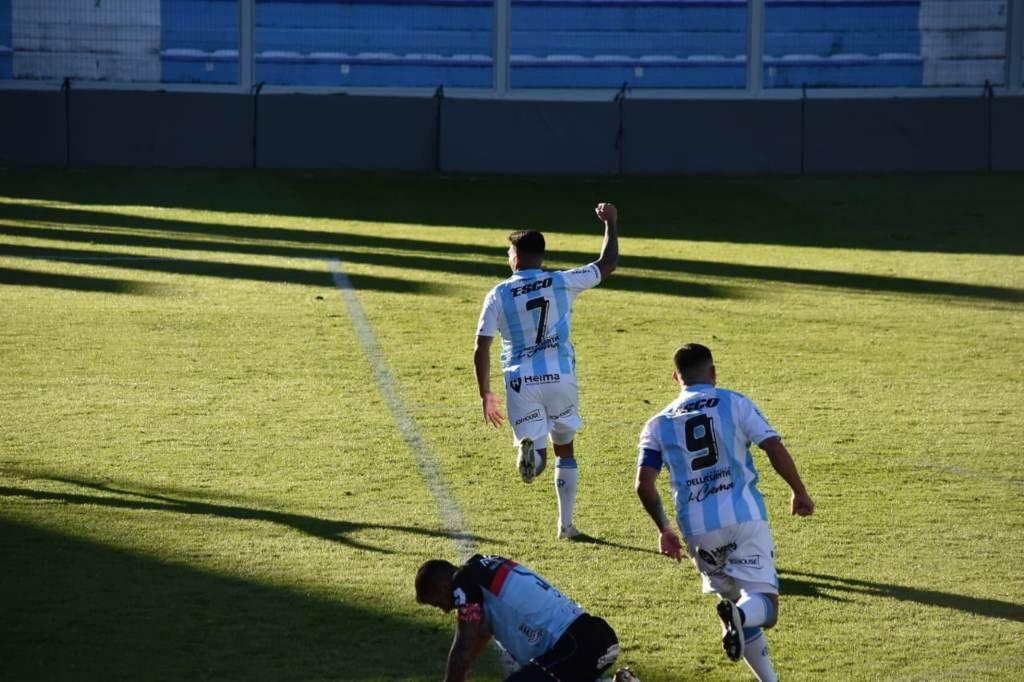 Juan Cruz Esquivel festeja su gol, el segundo de Atlético. Foto:Gentileza: prensa Atlético de Rafaela.