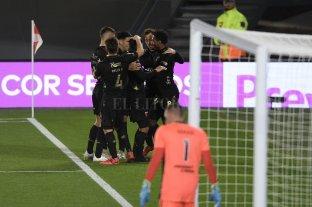 Colón estrenó el título con victoria ante River en el Monumental