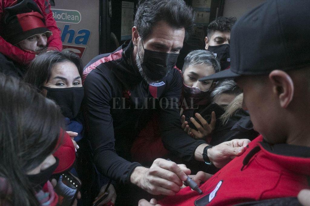 Eduardo Domínguez firma autógrafos y camisetas antes de la partida hacia el Monumental, en la puerta del hotel sabalero. Crédito: Telam