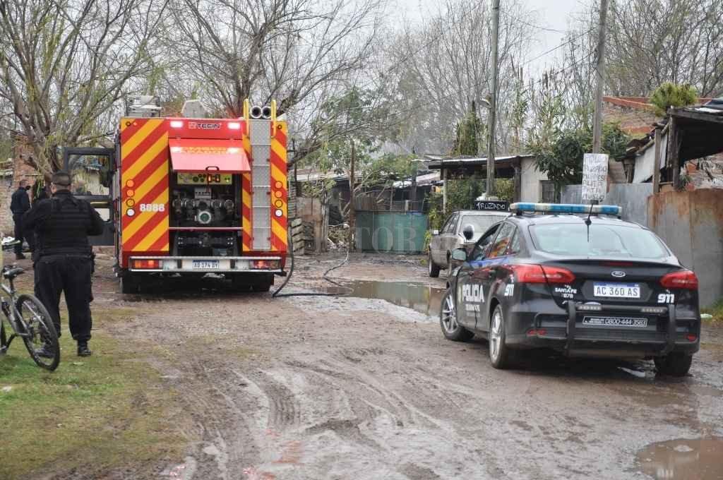 Investigadores y peritos de los bomberos zapadores trabajaron en el lugar y concluyeron que el incendio había sido intencional.   Crédito: Guillermo Di Salvatore