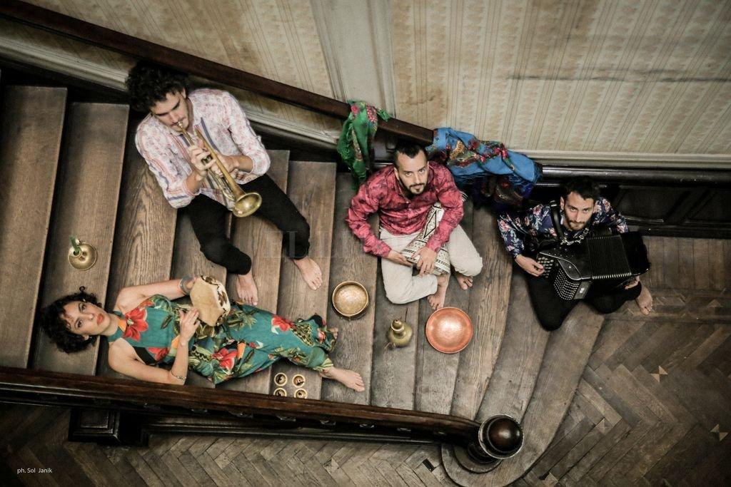 El ensamble tomó tal amplitud que se transformó en un proyecto de investigación sobre la música gitana/ romaní en el mundo, con especial atención a América Latina, gracias al apoyo del Mecenazgo del Ministerio de Cultura de la Ciudad de Buenos Aires.  Crédito: Gentileza Sol Janik