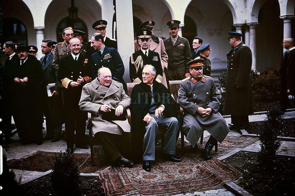 Churchill, Roosevelt y Stalin en Yalta (1945), dividiéndose el mundo post nazismo. El trío que enfrío la guerra en sus propios territorios y los calentó en el resto del mundo.  Crédito: Archivo
