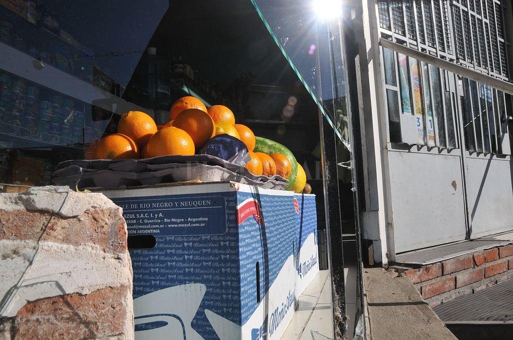 Uno de los comercios atacados es una tradicional verdulería, ubicada en la esquina de 4 de Enero y Obispo Gelabert. Crédito: Archivo El Litoral / Flavio Raina