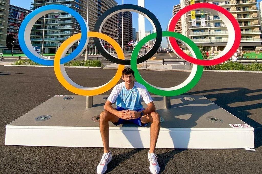 Julián Azaad ya está en la Villa Olímpica y se sacó la clásica foto con los cinco anillos, el símbolo por excelencia de los juegos.