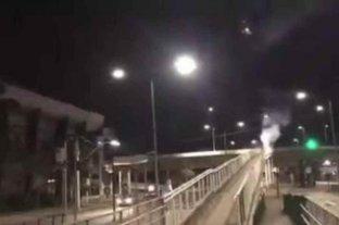 En Brasil, los hinchas de Mineiro lanzan fuegos artificiales frente al hotel donde está el plantel de Boca