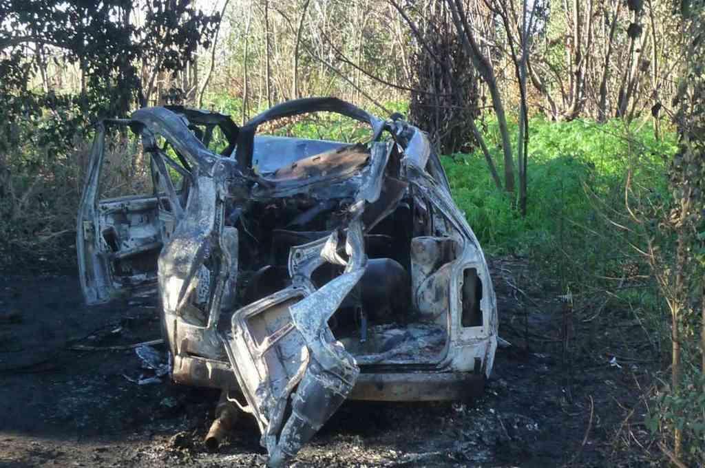 """El auto con GNC en que movilizaba explotó y se incendió en un monte cercano al viejo circuito Municipal """"Esteban Keni Solian"""". Crédito: Sur24"""
