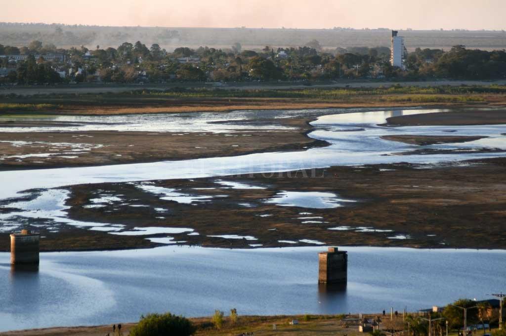 De los pilotes para el norte, la Laguna Setúbal quedó reducida con extensas orillas y el suelo lagunar a la vista de todos. Crédito: Manuel Alberto Fabatía