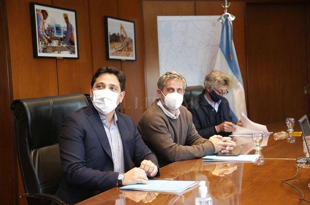 Las autoridades, durante el anuncio de la adjudicación. Foto:Gentileza