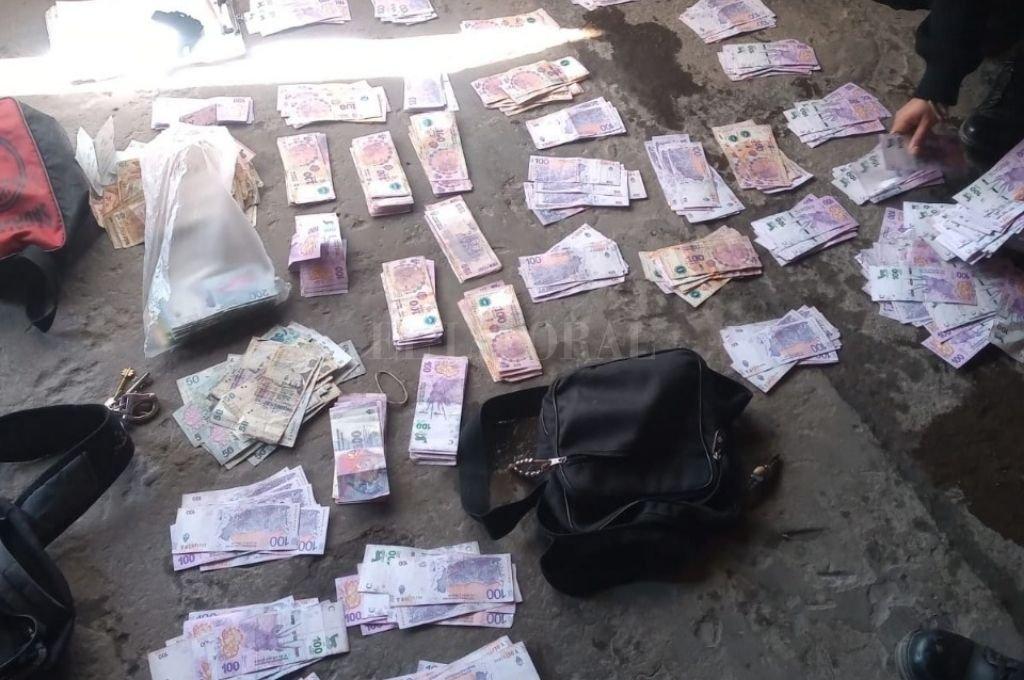 Además de los elementos la policía recuperó dinero en moneda nacional y dólares. Crédito: El Litoral