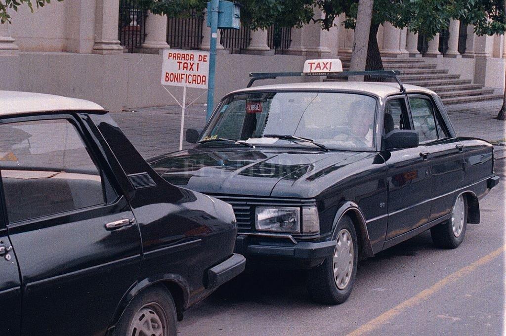 La parada de taxi de bulevar lo contaba como su cliente más leal y generoso. Por la ciudad y sus alrededores, Don Manuel solo se trasladaba en taxi. Crédito: Néstor Gallegos - Archivo El Litoral