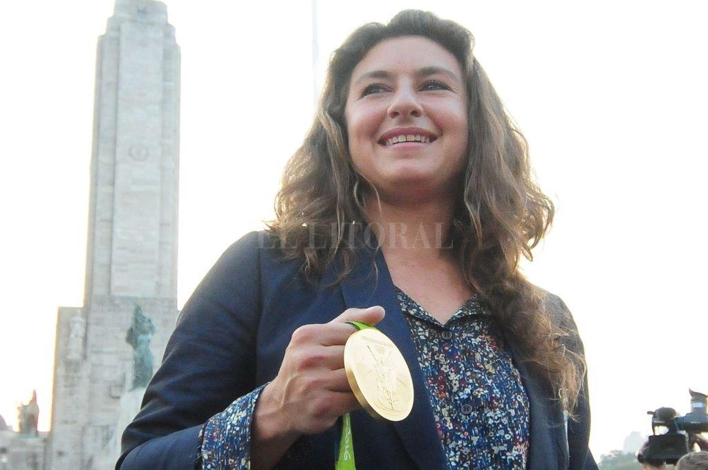 Cecilia Carranza Saroli, luciendo el oro obtenido junto a Lange en Río 2016, delante del Monumento a la Bandera de su Rosario natal.  Crédito: Télam