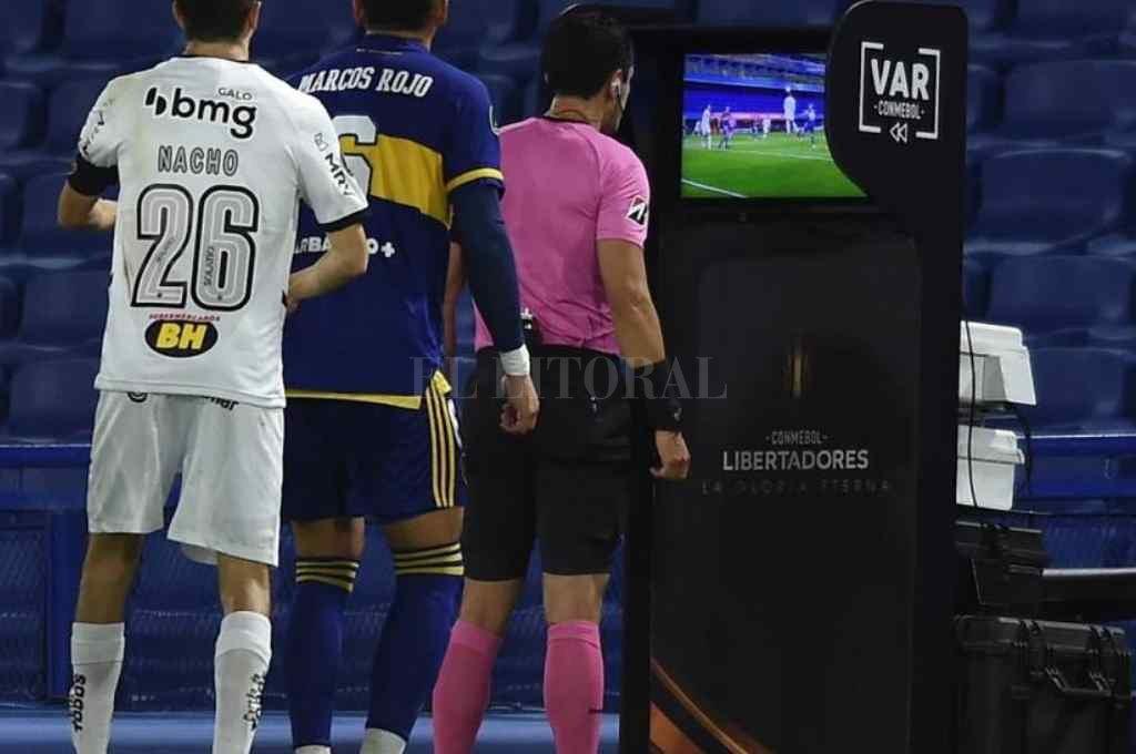 Desde el VAR. Acá nació la polémica. El árbitro anuló el gol y encendió la discusión en el campo de juego. Crédito: Gentileza