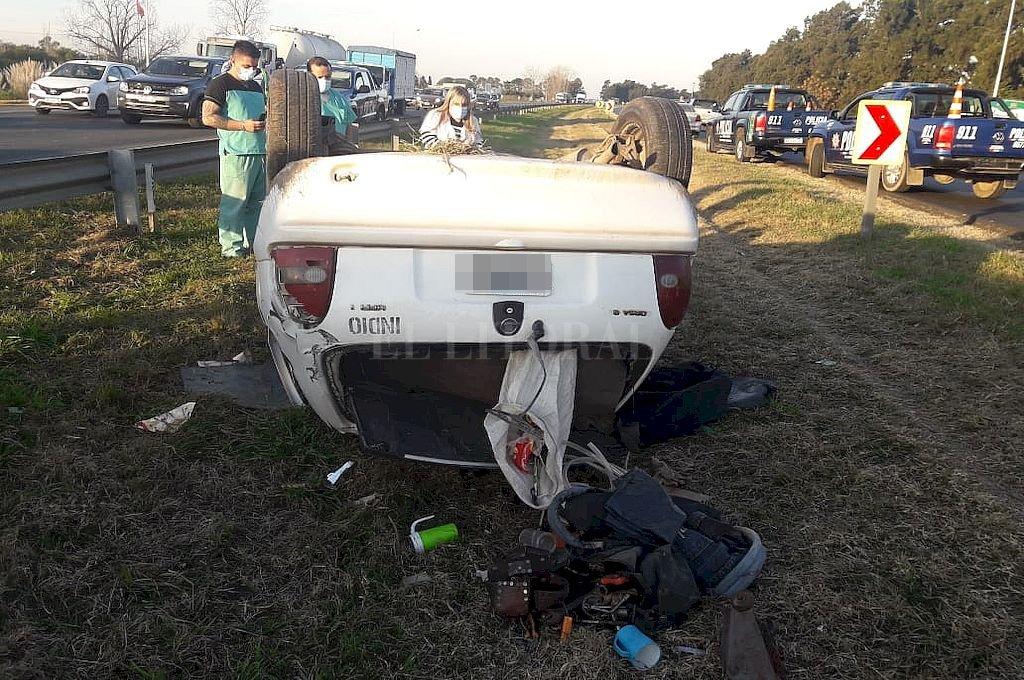 El auto escapó del control de su conductor y volcó al costado de la autopista. Crédito: El Litoral