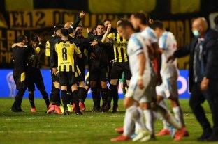 Peñarol perdió en su estadio, pero venció en el global a Nacional y se quedó con el pase a cuartos