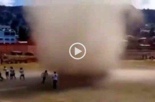 """Video: en Bolivia, estaban por jugar un partido cuando un """"remolino"""" irrumpió en la cancha"""