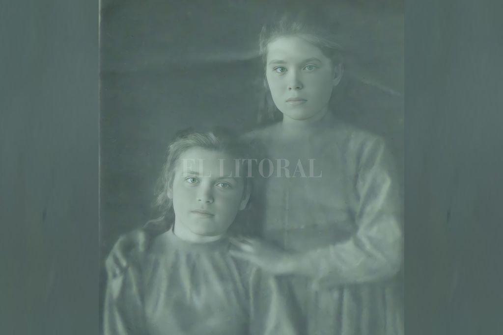 """Lidia (""""Lídochka"""") y su hermana Lyudmila (""""Liusha"""", de pie), retratadas por su tía Irina Zharkowska. Crédito: Gentileza Daniel Kuryj"""