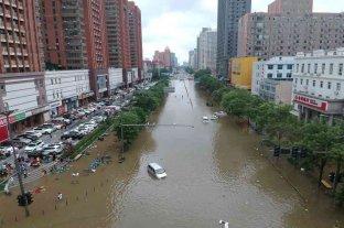 Evacúan a miles de habitantes por inundaciones en China, amenazada por un tifón