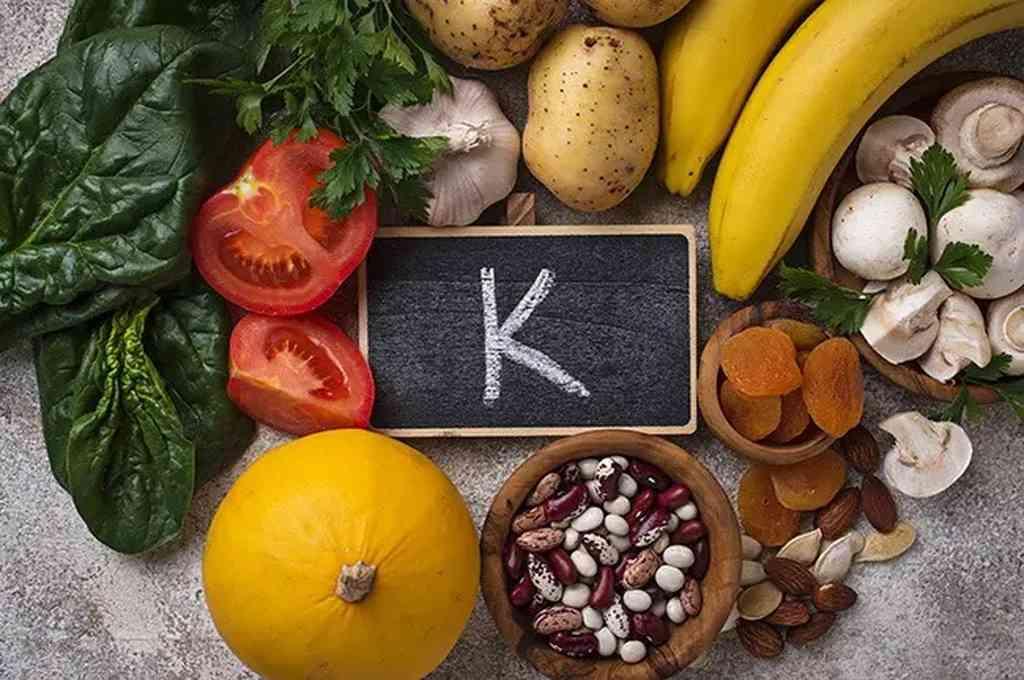 La vitamina K ayuda al cuerpo a construir huesos y tejidos saludables a través de las proteínas. También produce proteínas que ayudan a coagular la sangre.  Crédito: Imagen ilustrativa