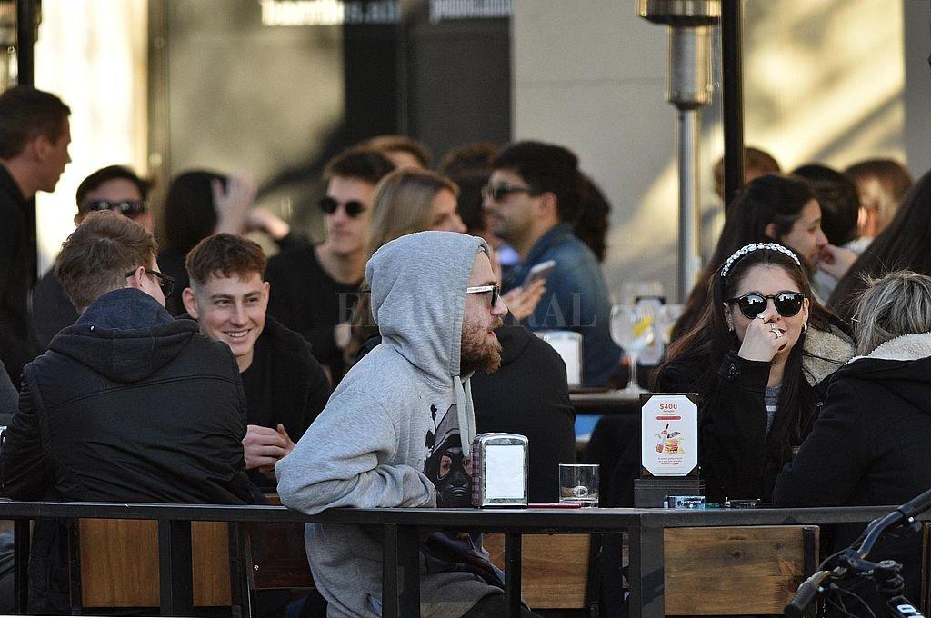 Santa Fe: habilitan las reuniones sociales y flexibilizan los horarios y aforos en bares -  -