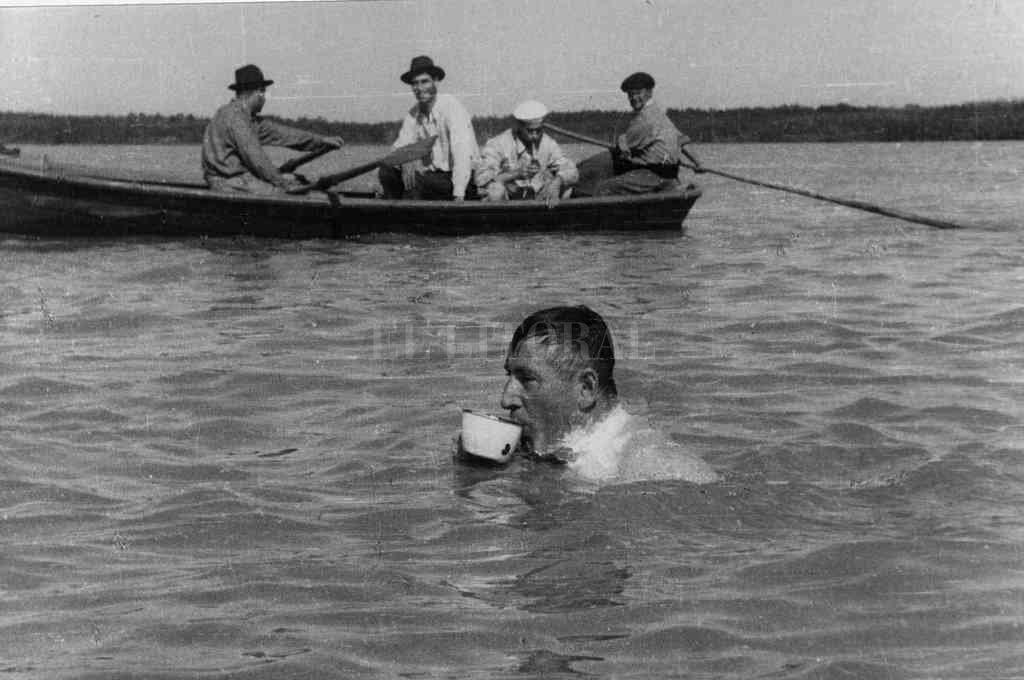 Pedro Candioti se alimenta durante una de sus tantas proezas, acompañado y vigilado por sus canoeros. Crédito: El Litoral