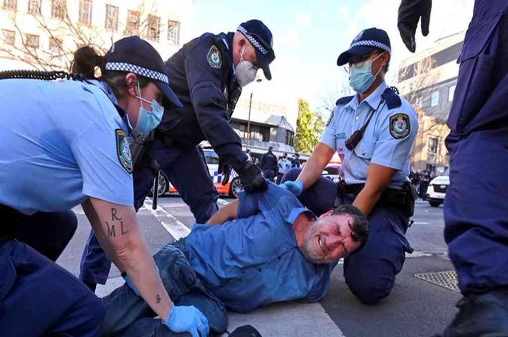Miles de personas se congregaron este sábado en dos de las ciudades más importantes de Australia en contra de las restricciones para contener el coronavirus. Hubo represión, disturbios y más de 50 detenidos. Crédito: Imagen ilustrativa