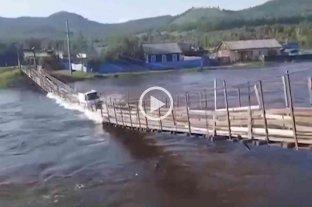 Video: impactante momento en que una camioneta cayó al río tras el derrumbe de un puente colgante  -