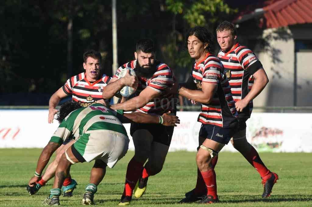 Santa Fe Rugby Club y CRAR, durante la disputa de una de las fechas de la fase inicial del Oficial USR 2021. La fecha de cierre, se reprogramará para finales de agosto. Crédito: Mauricio Garin