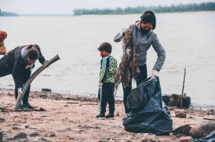 Vecinos de San Lorenzo se organizaron para limpiar la costanera del Paraná