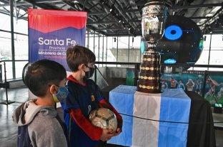 La réplica de la Copa América, se luce en el Museo del Deporte Santafesino