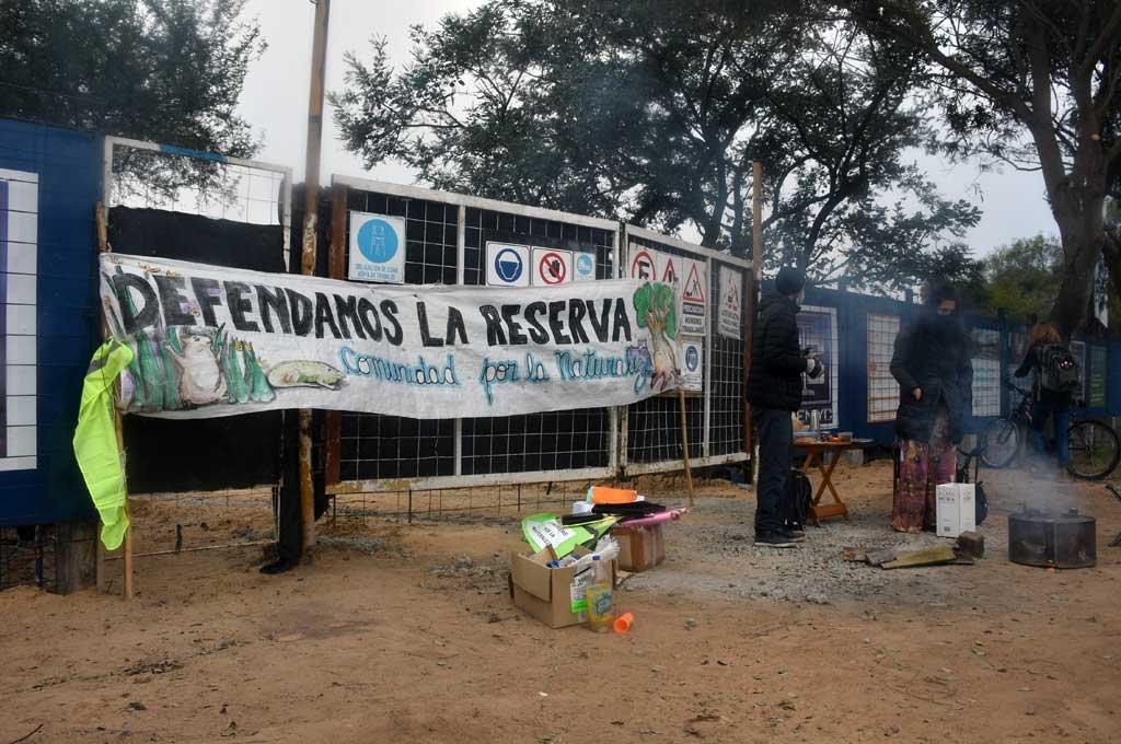 El grupo de ambientalistas bloqueó el acceso a la obra este lunes por la mañana.  Crédito: Guillermo Di Salvatore