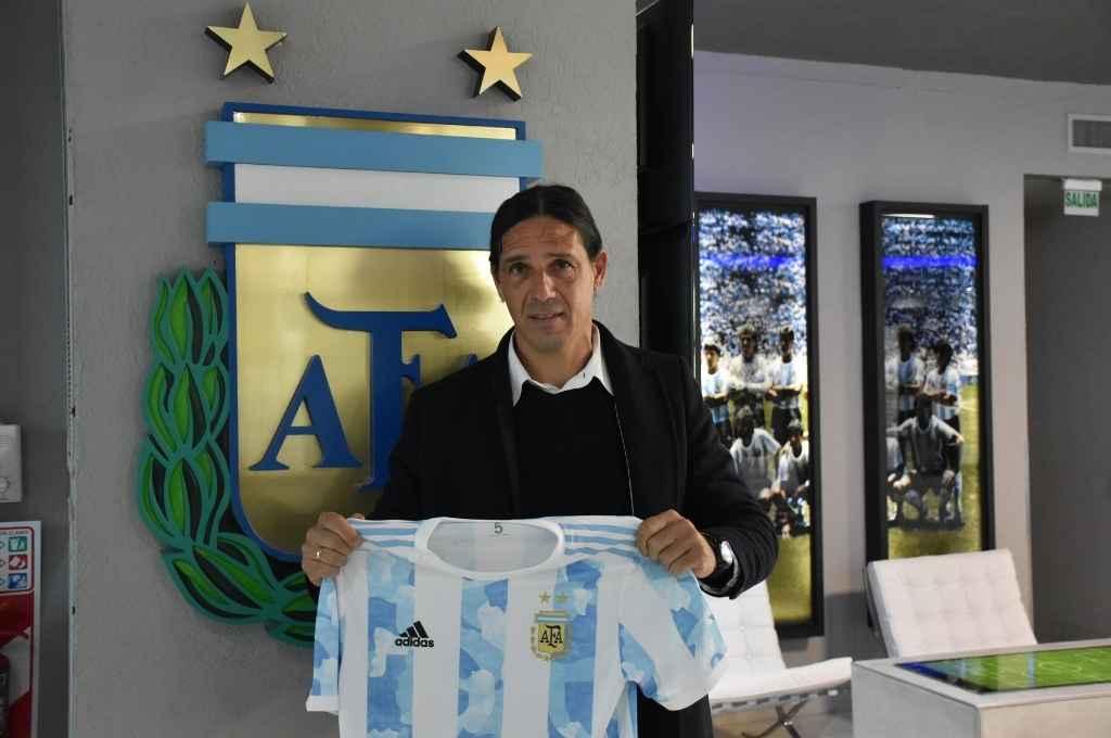 Portanova con la camiseta de la Selección Argentina de fútbol. Crédito: Prensa AFA.