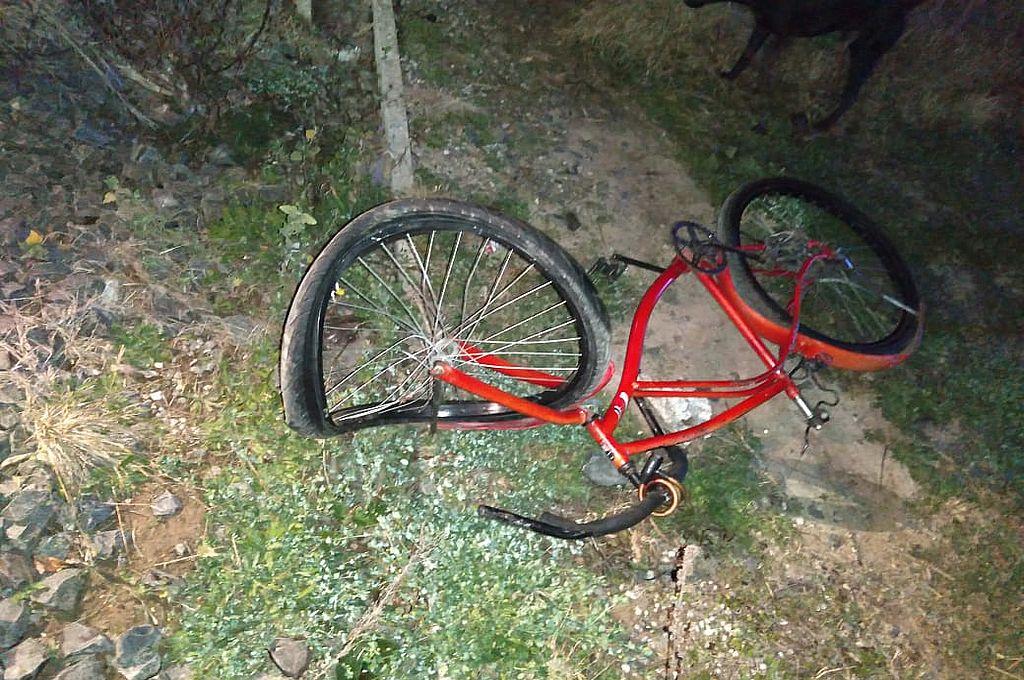 El ciclista salvó milagrosamente su vida tras ser impactado por una formación del Belgrano Cargas.   Crédito: Prensa URXV