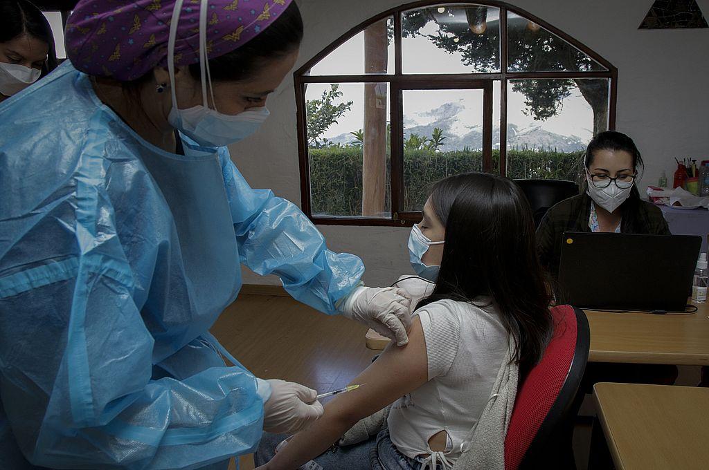 Inminente decisión sobre la vacunación a menores de 12 a 17 años en Santa Fe - Caso parecido. Ecuador inició hace unos pocos días la vacunación contra el Covid-19 entre niños a partir de los 12 años con enfermedades agravantes, en el marco de la inmunización masiva que lleva adelante ese país para reducir los contagios.   -