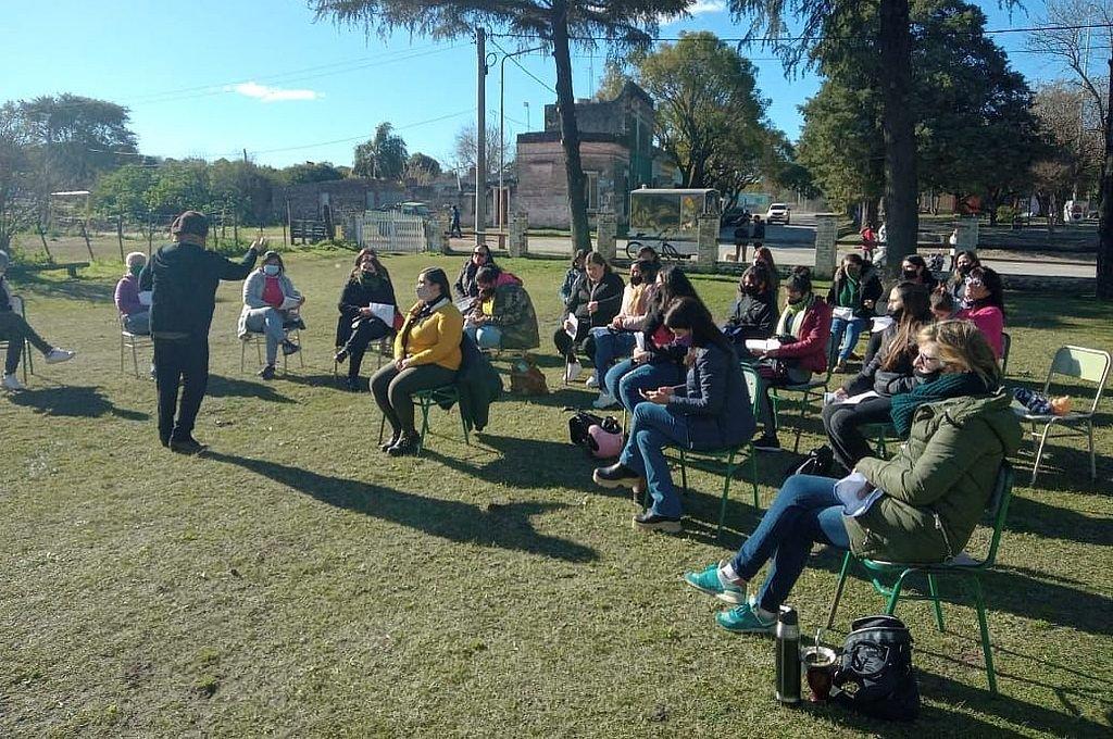 Al aire libre, el conversatorio reunió a participantes victorienses.