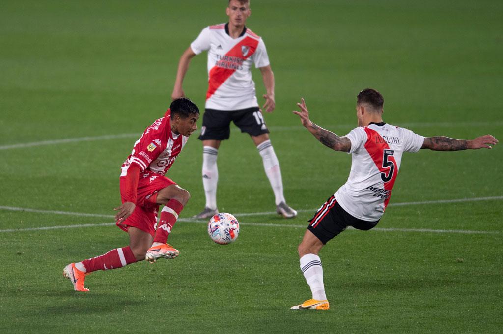 Juan Carlos Portillo se lleva la pelota ante la marca de Bruno Zucculini. ¿Seguirá en el medio o volverá a su puesto natural en el fondo? Crédito: Ignacio Izaguirre