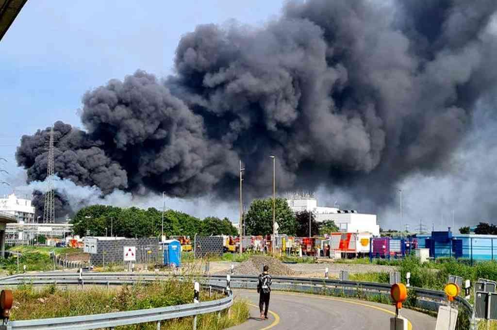 Hasta el momento se desconocía la causa de la explosión en la planta de Leverkusen Chempark. Los bomberos de la compañía y unidades de monitoreo aéreo fueron desplegados. Crédito: Twitter