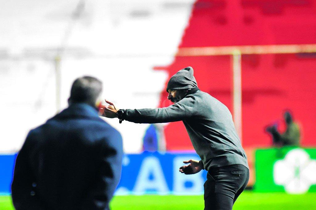 Las indicaciones del Vasco Azconzábal en la fria noche de viernes cuando Unión debutó en este torneo de la Liga Profesional, recibiendo a Boca. Se deberá conformar con sumar a Blandi y quizás a nadie más. Crédito: Manuel Fabatia