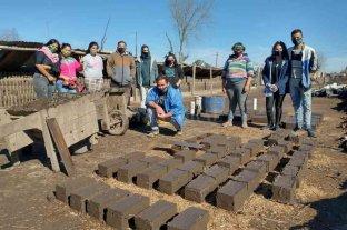 Rosario: construyen ladrillos de adobe para estufas eficientes