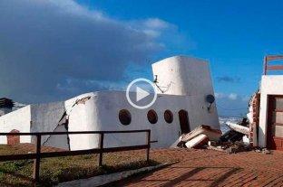 Video: por la sudestada se derrumbó una casa en Mar del Tuyú