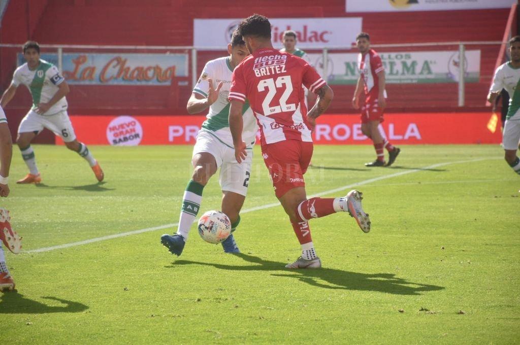"""Unión cae ante Banfield en el """"15 de Abril"""" - Emanuel Brítez en acción, minutos antes de ser expulsado.  -"""