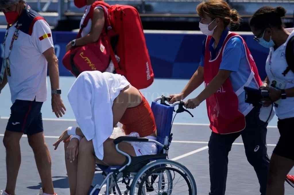 Así se retiraba la española Paula Badosa, tras sufrir una descompensación en su partido contra la checa Vondrousova Crédito: Gentileza AP/Seth Wenig.