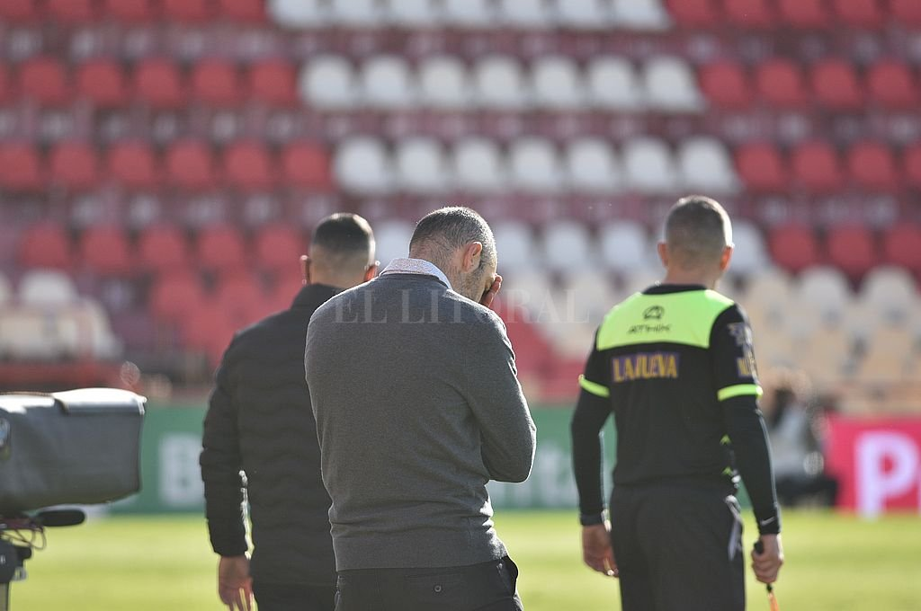 El Vasco Azconzábal y un gesto que es muy elocuente de la insatisfacción que, se supone, habrá sentido por la actuación de su equipo. Crédito: Manuel Fabatía