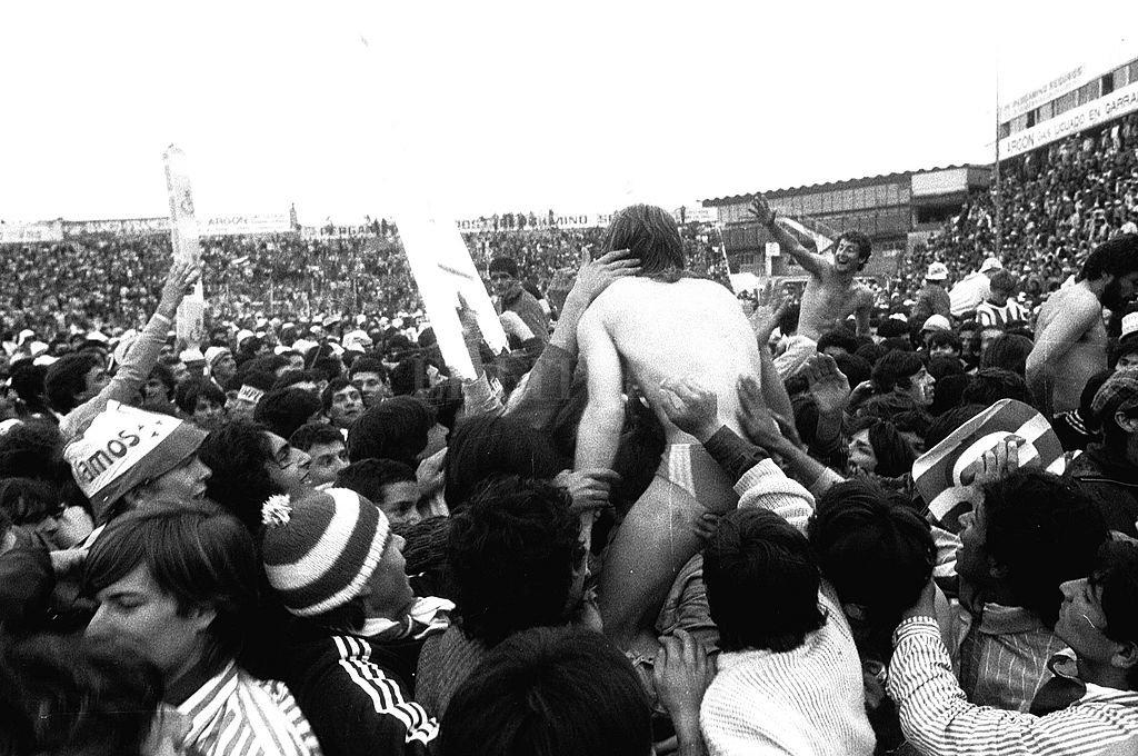 Esta imagen se dio hace exactamente 32 años. Era un duro momento para Unión, con el descenso de categoría un año antes luego de 13 años ininterrumpidos en Primera. Se recuperó y volvió en un año, como antes había ocurrido con San Lorenzo y Rosario Central. Crédito: Archivo El Litoral